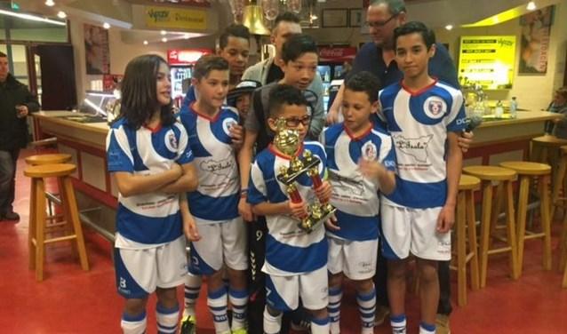 De prijsuitreiking vorig jaar.De teams voetballen in vier leeftijdscategorieën tegen elkaar.
