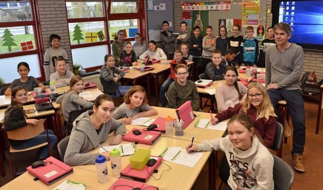 """Meester Willem Wienholts staat bijna veertig jaar voor de klas. Hij is betrokken en geliefd. Willem: """"De fijnste klassen zijn die, waarbinnen de kids één groep vormen."""" (foto: Ab Hendriks)"""