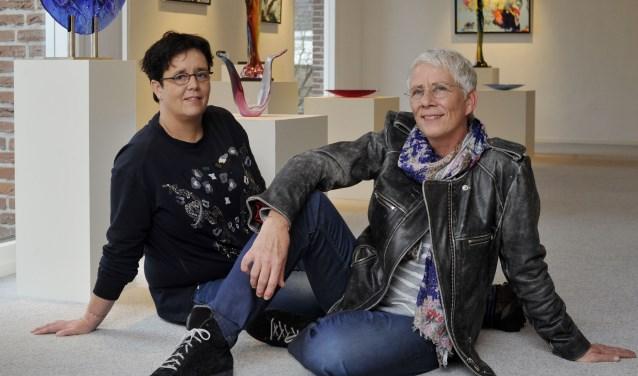 Glaskunstenares Annemiek Punt (rechts) en haar partner Astrid Vroemisse in de expositieruimte bij Te Lintelo. Foto: Carlo ter Ellen / DTCT