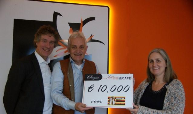 Fleur de Café overhandigt 10.000 euro voor Ugandese koffieboeren. V.l.n.r. Ed den Besten (Rabobank Salland), Ruud Boon (Deventer Koffie), Eugenie Steenhuis (mede-eigenaar Fleur de Café)