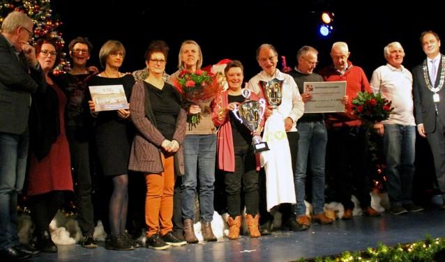 De Korf geeft het toneel weg aan de vrijwilligers en hun welverdiende onderscheidingen. (Foto Hetty Heijne)