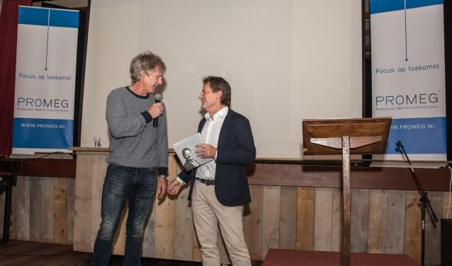 Gertjan Verbeek neemt een boek in ontvangst van schrijver Ben Middelkamp. 'Beter worden dan jezelf' gaat over mental coaching in sport.