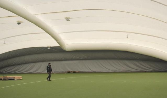 Twee weken geleden werd de dubbelwandige hal, twee binnensportvelden groot, geplaatst en inmiddels wordt er volop gebruik van gemaakt.