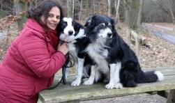 De honden Lee en Angie lopen altijd met Lucie mee tijdens de boswandelingen. FOTO: Theo van Sambeek)