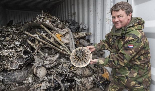 Majoor Kappert van de Koninklijke Luchtmacht met een van de vele gevonden vliegtuigonderdelen. (foto: gemeente Ridderkerk)
