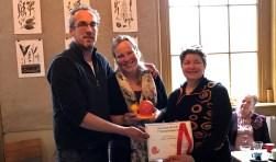 Jacob en Linda Beeker nemen de 1e Slow Food Utrecht Stimuleringsprijs in ontvangst uit handen van Sieuwke de Vries.