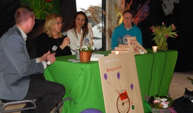 Schrijfster Wendy Brokers (tweede van links) bij de presentatie in de voormalige Plus. Ingezonden foto