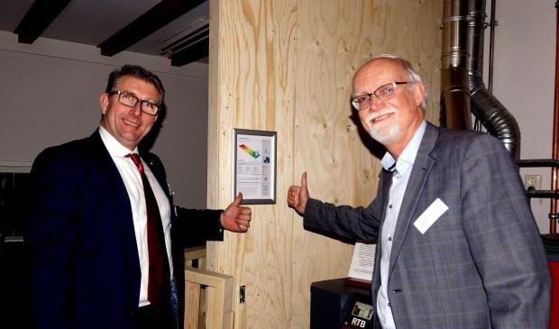 De wethouders Luca (links) en Varkevisser onthullen het label samen. Foto: H. Siersma