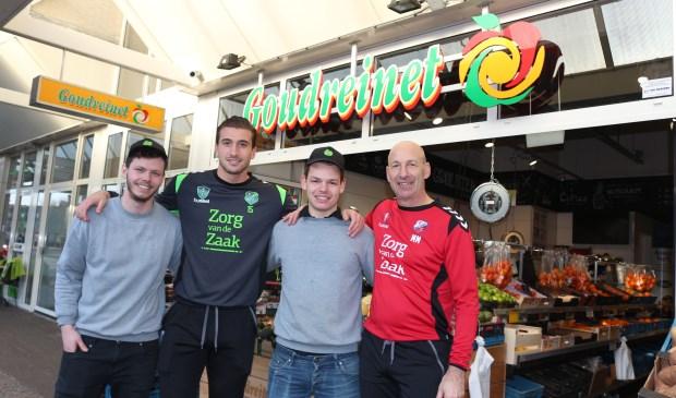 Van links naar rechts: bedrijfsleider Jordy, Robin van der Meer, de assitent-bedrijfsleider en een staflid van FC Utrecht.