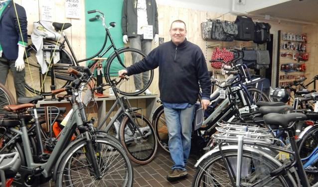 """""""Ik werk graag samen met andere ondernemers in Zeist. Mensen die hun fiets hier voor een servicebeurt brengen, krijgen van mij een bon voor gratis kibbeling bij Visboer Meester Frank of een vlaai bij Multivlaai."""