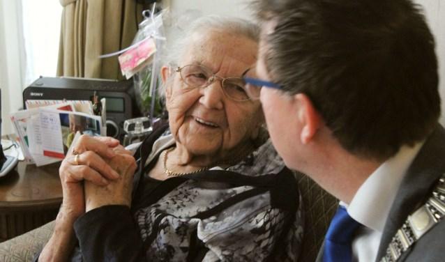 Burgemeester Van Domburg luisterde aandachtig naar de verhalen die mevrouw Van der Eijk met humor en wijsheid vertelde. FOTO: Lysette Verwegen