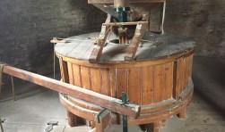 Dit keer kunnen bezoekers zien hoe het meel dat gemalen is in de molen klaar wordt gemaakt om brood van te bakken. Met een bezoek en aankoop van een pak vers geschepte broodmix kunnen bezoekers molen Aeolus een extra steuntje in de rug geven.