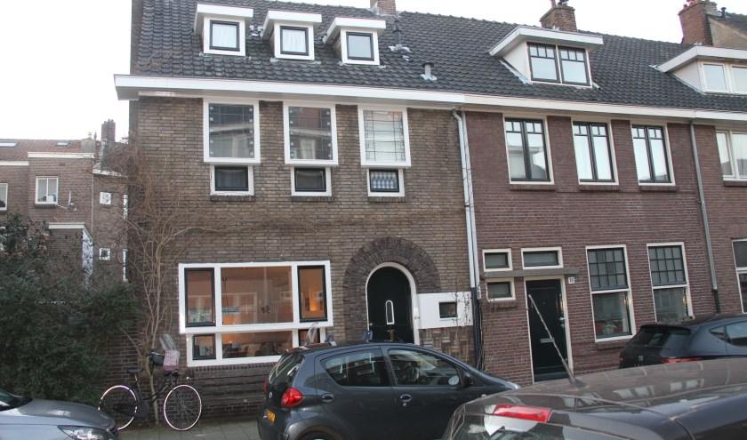Het in een sobere Amsterdamse Schoolstijl gebouwde gemeentelijk monument, Arnoud van Gelderstraat 14 in de Muntel. Foto: Josephine Peren.