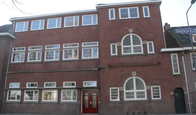 Het voormalige scholencomplex aan de Geldersedam, gezien vanuit het Prins Hendrikpark. Foto: Josephine Peren.