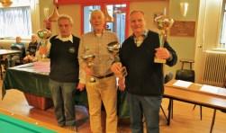 Winnaar Nol Binken van Biljarten Voor Ouderen Vianden (rechts) toont trots de Viandenbokaal. Naast hem nr. 2, Gerard van Schaik van Ons Huis, en daarnaast de nr. 3, Arnold Cornelissen van Altijd Durende Bijstand.