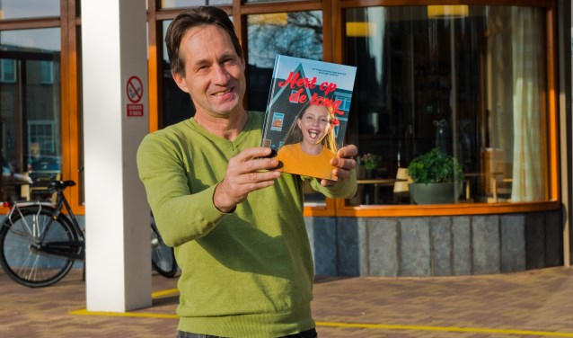 Trots toont Dirk-Jan Burgersdijk het boek Hert op de tong, samengesteld ter ere van het honderdjarig bestaan van het Willemskwartier. (Foto: Maaike van Helmond)