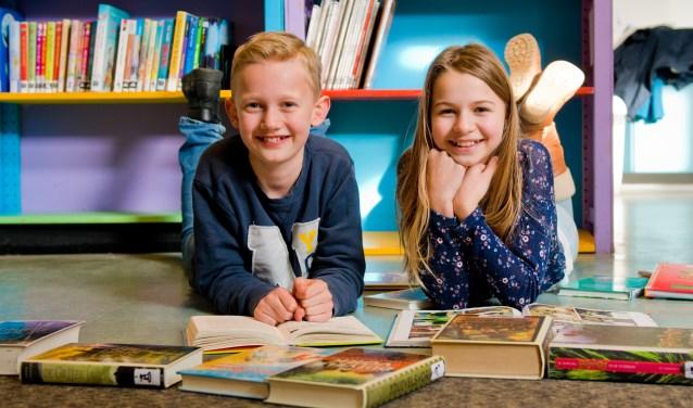 Spiros en Sophie, twee van de BiebExperts van basisschool De Sterrendans, hopen dat alle kinderen op school lezen net zo leuk gaan vinden als zij. (Foto: Maaike van Helmond)