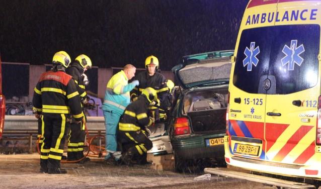 De brandweer knipt de auto open om het slachtoffer te bevrijden. (Foto: Marvin Hake/District8)