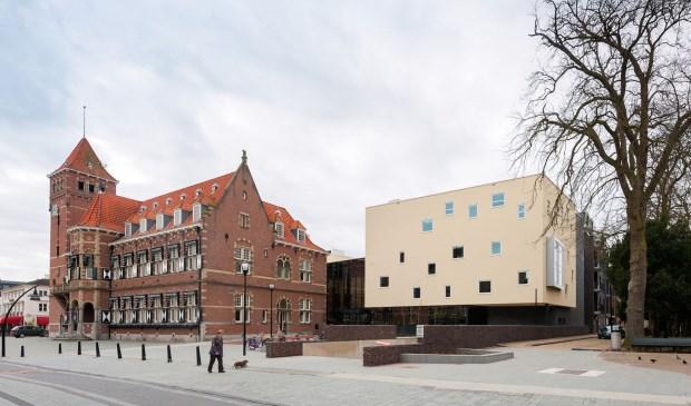 De gemeenraad vergadert in die witte doos, rechts op de foto. Foto: gemeente Zeist