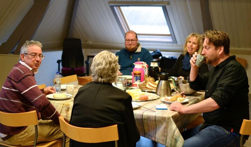 Het eerste wijkontbijt bij AC Vlaardingen Pameijer, waar iedereen die dat wil voor twee euro van mag genieten. Meer informatie? Kijk op Facebook: AC Vlaardingen (Foto: Britt Planken)