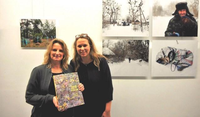 """""""Ik reisde voor een fotoreis met af naar het gebied en kwam zo op het idee er een boek over te maken"""", vertelt Esther (links). Ze vroeg Sophieke om de teksten te schrijven.(Foto: Bart van der Linden)"""