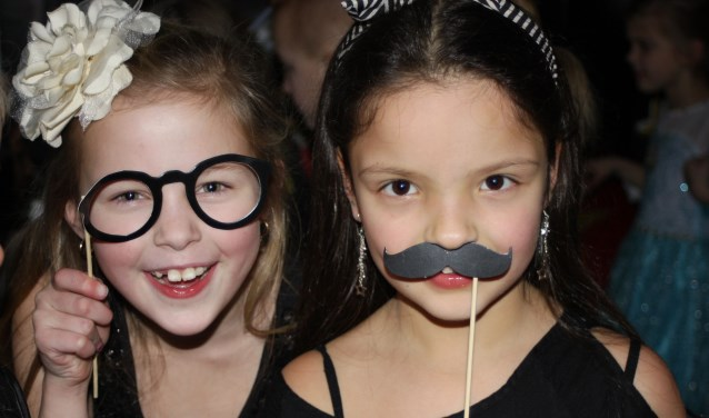 De leerlingen Roos Mostert (rechts) en Sedef Kisacik vermaakten zich uitstekend tijdens de Hollywooddisco. (Foto: Yvonne Bannink)