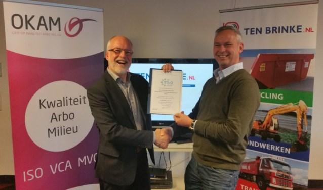 De directie van Ten Brinke ontvangt de MVO-verklaring uit handen van Henny Oberink (OKAM).