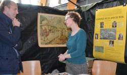 In de legertent in het Alphense gemeentehuis kunnen inwoners meehelpen bij het uitzoeken van scherven, botten en metalen voorwerpen die zijn gevonden bij de Romeinse opgravingen onder het Rijnplein.