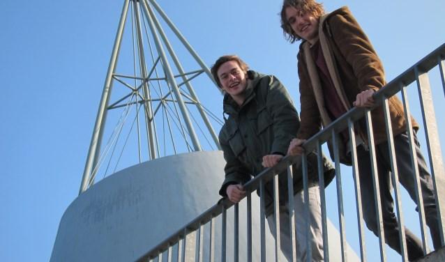 Sander Dietz (links) en Felker Rothgans peilen de politieke gevoelens in Delft. (Foto Karl Flieger)