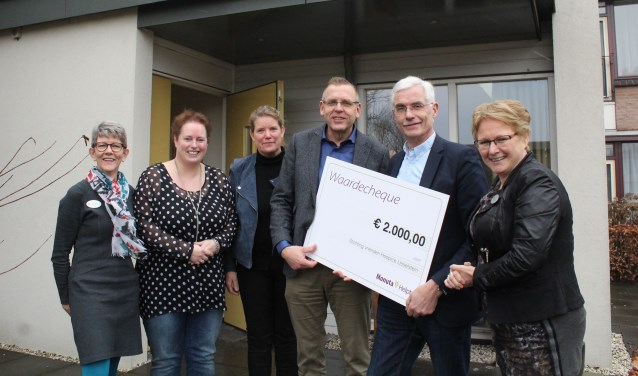Fieneke van den Brink en Robert Landsman (midden) overhandigen de cheque. FOTO: Lysette Verwegen