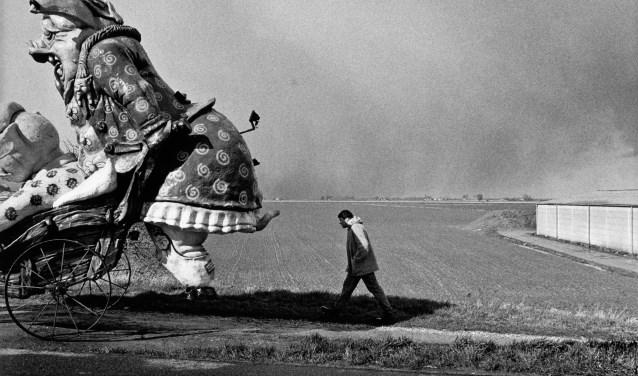 Een werk van Paul van der Stap met de titel: Carnavalsdagen.
