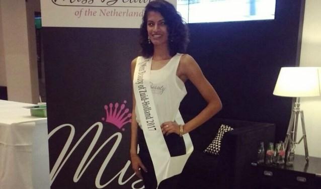 Riana Lachmon (20 jaar) is een van de finalisten van Miss Beauty of Zuid-Holland. De Delftse is daar trots op!