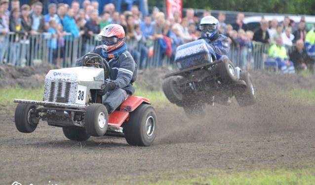 Vooral het racen met gazonmaaiers is een spectaculair onderdeel van de Oerse Braderie. FOTO: Tienercomité Oerle.