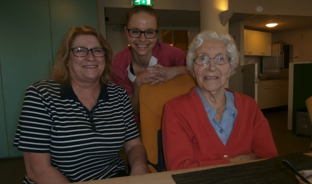 Marjolein van Echtelt (midden) met bewoonster mevrouw Van der Weide (die gisteren 90 is geworden!) en haar dochter en vrijwilligster Janine.