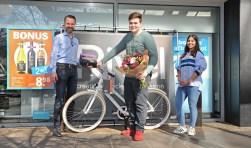 Afgelopen vrijdag 24 maart is de eerste fiets uitgereikt aan de winnaar - Dylan - in het AH filiaal aan de Flora in Deventer. (Foto: Willem Wittenberg)