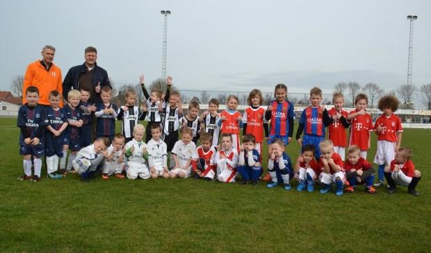 Alle spelertjes van de Mini Champions League en de heer Klooster van de Rabobank Utrechtse Waarden. (foto: SV Lopik)