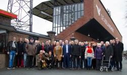 Afgelopen zondag werd de gerenoveerde stadionmuur van De Adelaarshorst officieel onthuld. (Foto: Henny Meyerink)