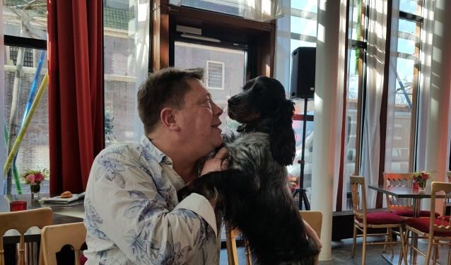 """Sander Dol met zijn hond, een onafscheidelijk tweetal. """"Om de vier, vijf, zes jaar word ik wat onrustig. Dan moet ik wat anders gaan doen""""."""
