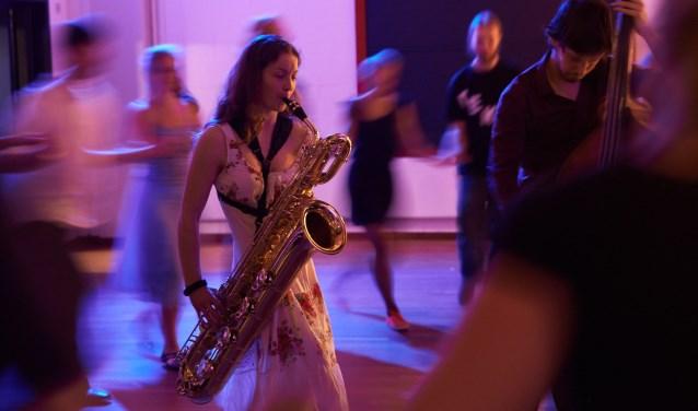 """Een gitarist, een accordeonist en een saxofonist zorgen een avond lang voor bruisende muziek. """"Het is de live muziek die avonden als dit op gang brengt."""" Foto: Orkfotografie.nl"""