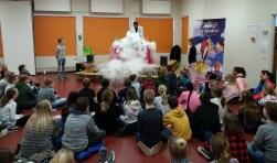 De kinderen van de groepen 3 t/m 8 van de Koningin Beatrixschool in Papendrecht hebben onlangs een spectaculaire show voorgeschoteld gekregen van een verstrooide professor. (Foto: Privé)