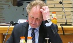 Wethouder Japenga gisteravond tijdens de raadsvergadering. (foto Geert van Someren)