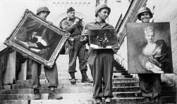 Kapitein James Rorimer van de Amerikaanse Monuments Men houdt toezicht terwijl zijn soldaten door de nazi's verzamelde schilderijen de trap afdragen van Kasteel Neuschwannstein, NARA