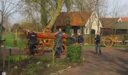 Medewerkers van Rabobank Merwestroom aan de slag bij museum De Koperen Knop.