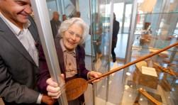Tineke van Benthem opent met Peter van der Meer de permanente Schweitzerexpositie in de ziekenhuishal. (Foto: Thymen Stolk Fotografie)