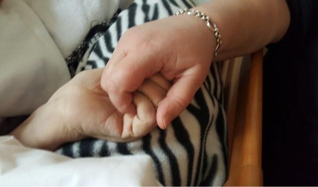 De afgelopen jaren hielden we mams hand stevig vast, in een voor haar steeds verwarrender wordende wereld. Nu hebben we haar definitief los moeten laten. (foto: Ria Tuenter)
