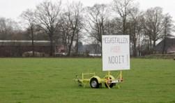Op diverse plaatsen in 't Silder staan protestborden. Foto: Eveline Zuurbier