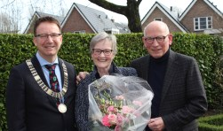 Burgemeester Van Domburg zette het gouden paar Van Dijk op een stralende dag in de bloemen. (Foto: Lysette Verwegen)