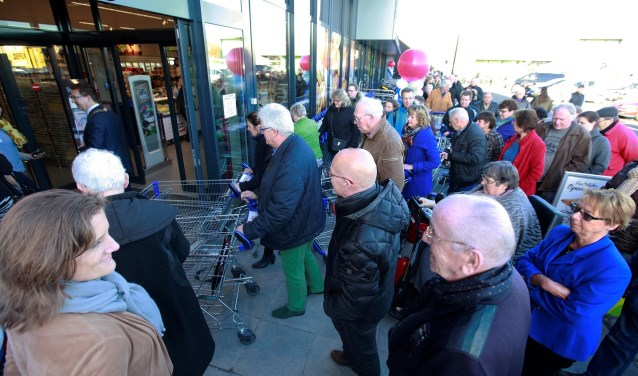 Er stond al een lange file van klanten in de rij voordatde langverwachte nieuwe Aldi aan de Boerhaaveweg in IJsselstein echt open ging.(Foto: PR Aldi)