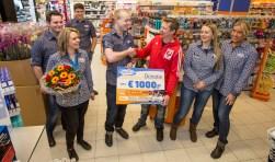 Patrick van Pinxteren neemt namens Budo Vereniging Deventer de donatie van 1.000 euro in ontvangst bij de opening van Trekpleister Apeldoorn.
