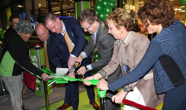 Met vereende krachten opende burgemeester Van Domburg met de familie Schimmel en wethouder Van Beukering de nieuwste Plussupermarkt. Foto: Lysette Verwegen